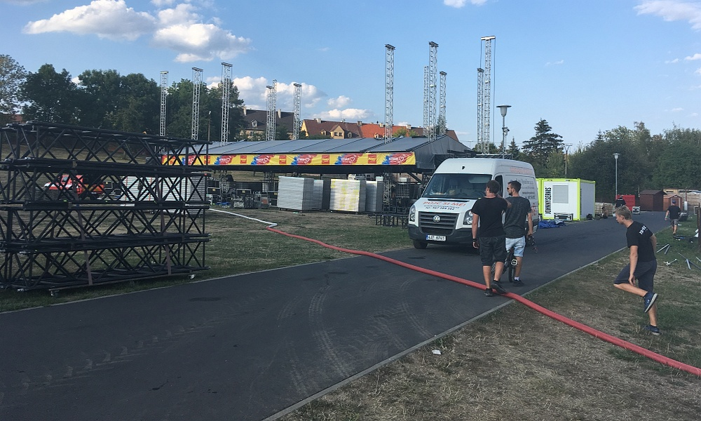 Na koupališti Rolava roste obří stage pro Létofest 2018