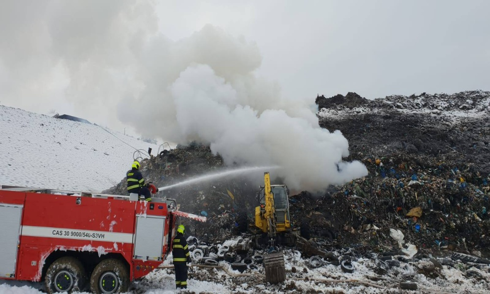 Hasiči zlikvidovali požár skládky v Činově