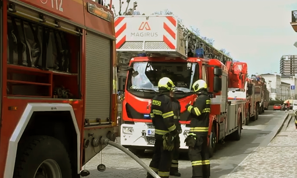 Ohnivý kohout zakokrhal pod střechou v Karlových Varech