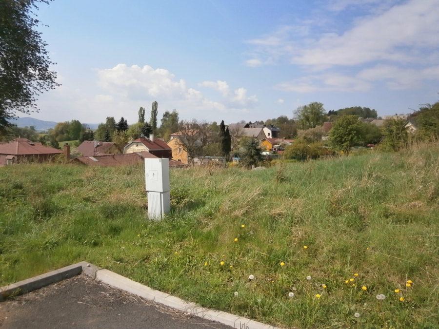 Prodej stavebního pozemku o rozloze 914 m2 v obci Hájek u Ostrova