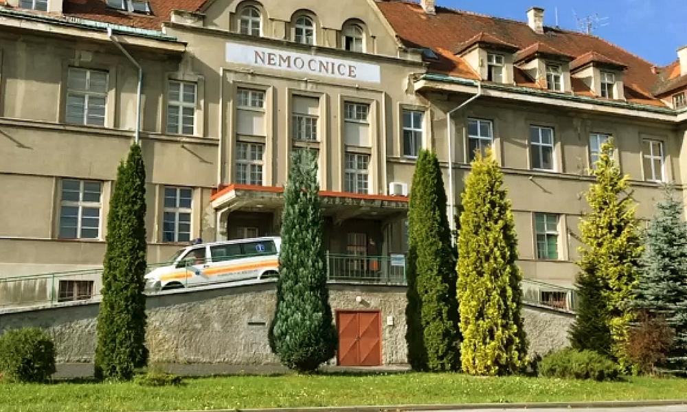 Koronavirus má v Česku první oběť