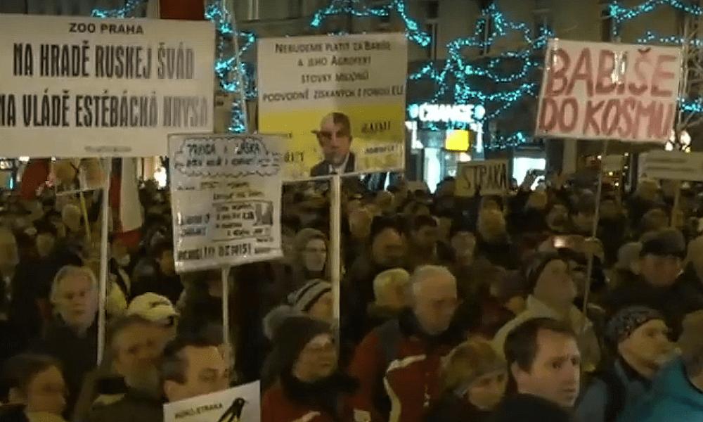 Pokračují demonstrace v Praze proti vládě.