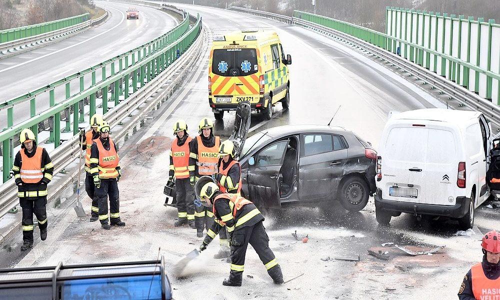 Hasiči zastavili na dálnici u nehody, zezadu do nich narazilo další auto